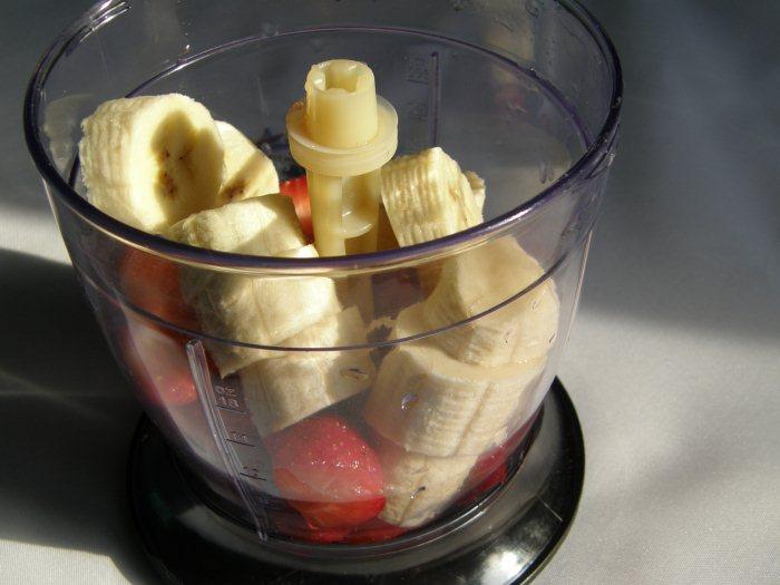 Клубнику и бананы взбивайте на небольшой скорости