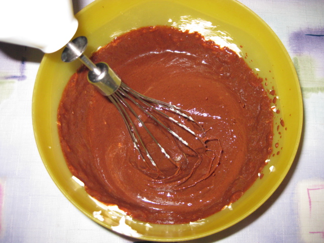 Растопить сливочное масло, шоколад и смешать их с растворимым кофе