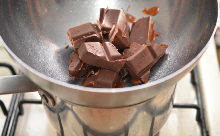 Плитку шоколада растопите на водяной бане