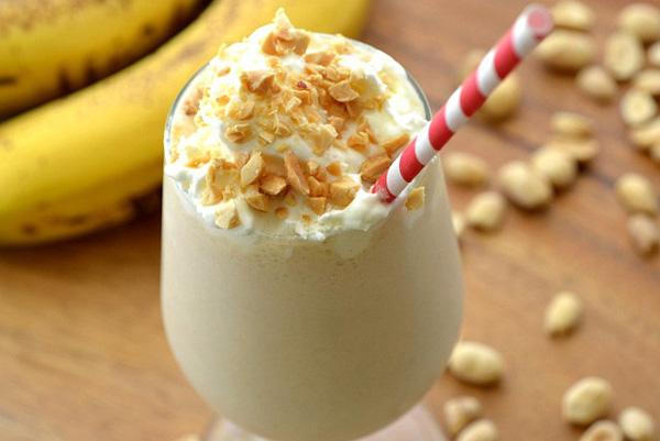 орехи и нарезанный на кусочки банан и взбейте при помощи блендера