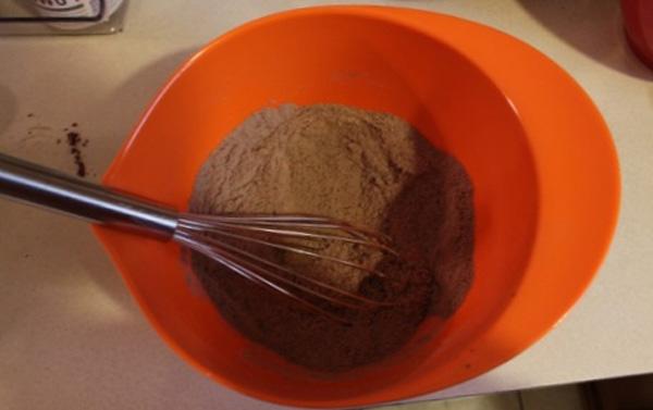 Смешиваем два вида муки, соду, какао, соль