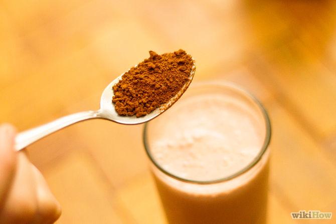 Шоколадки натрите на мелкой терке и посыпьте полученной стружкой холодный коктейль