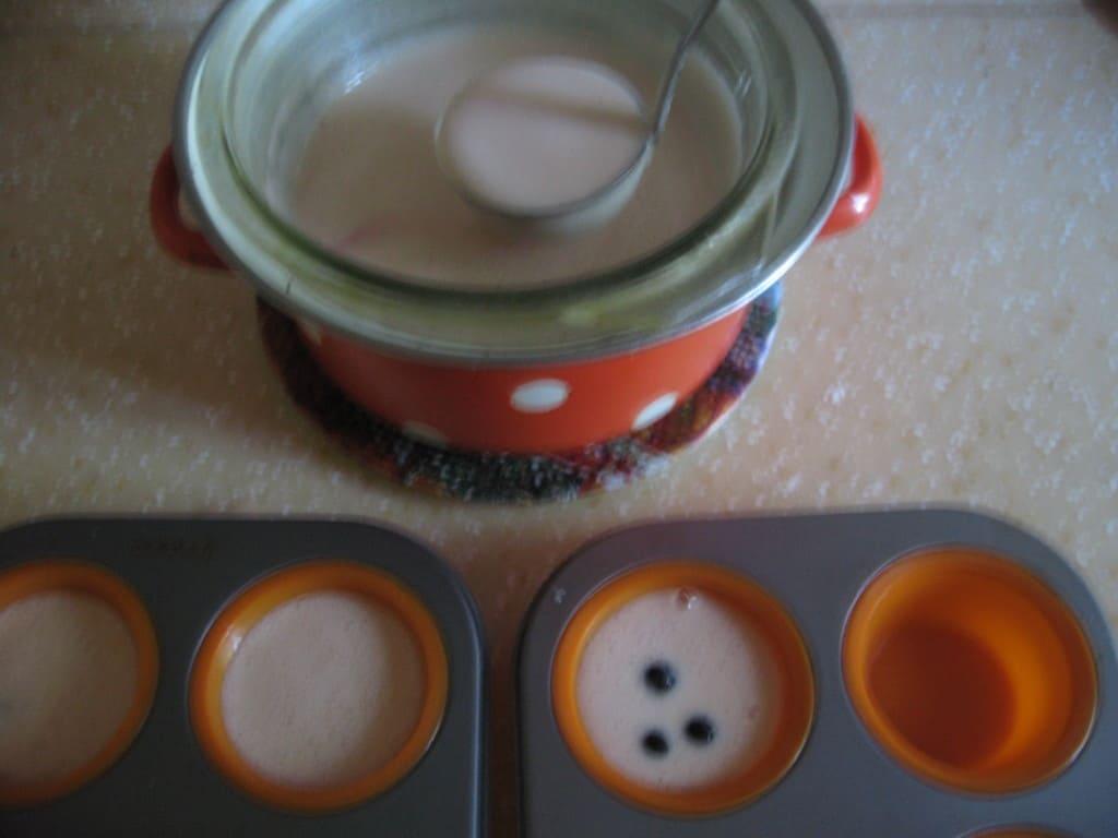 Заливка смеси ягодного суфле в формочки