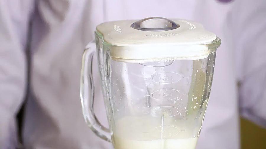 Добавьте необходимое количество сахара и одну каплю экстракта ванили
