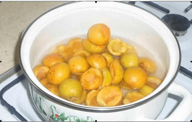 Плоды перекладываем в кастрюлю, заливаем водой
