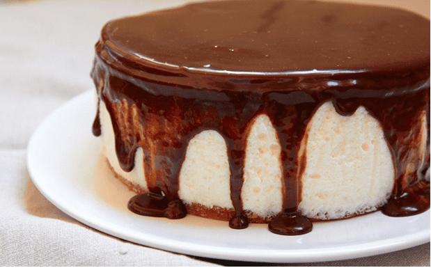 Также можно не украшать торт, и оставить его шоколадным