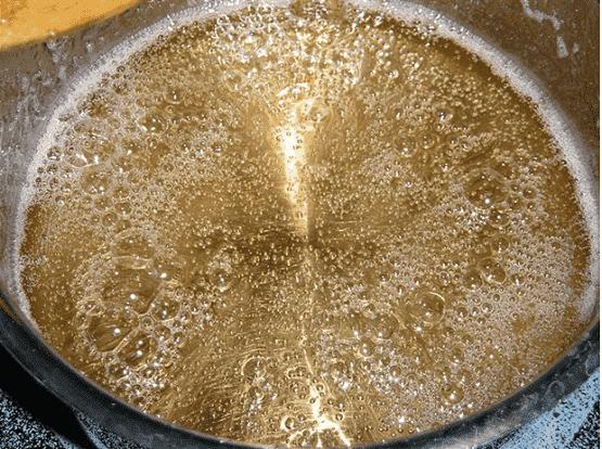 Сахарный сироп нужно варить до состояния «мягкий шарик»