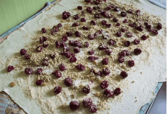 После этого посыпаем ягоды сахарным песком