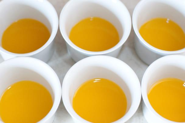 Смешайте растворенный желатин с процеженным компотом