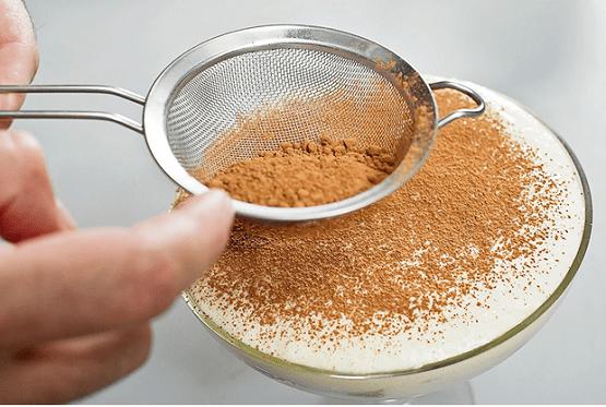 посыпьте десерт какао-порошком
