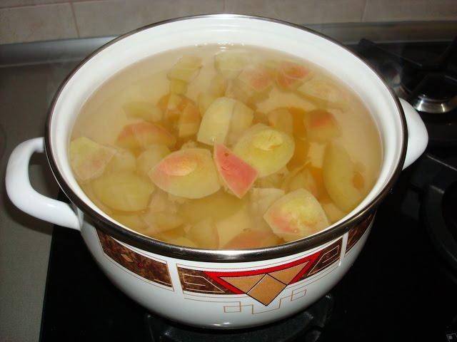 Для приготовления компота лучше всего брать свежие ягоды или фрукты