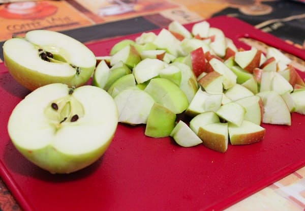 Разрезать яблоки не небольшие кусочки
