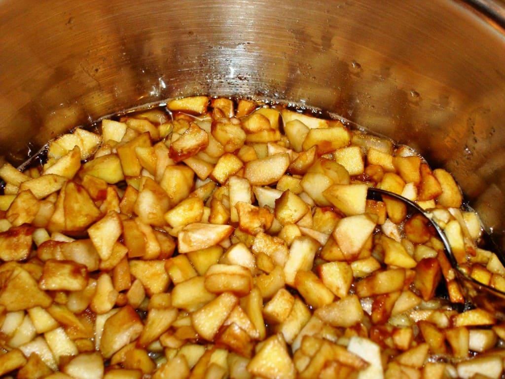 яблоки поставить на огонь и добавить сахар