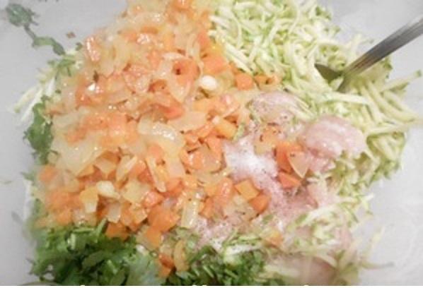 Куриный фарш,тертый кабачок и рубленую зелень