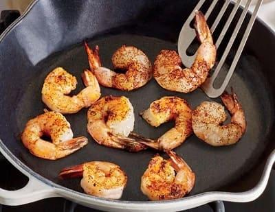 Сколько жарить креветки на сковороде?