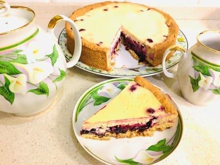 Рецепт сметанного пирога с чёрной смородиной