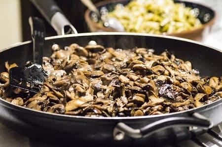 Сколько жарить грибы на сковороде