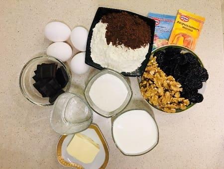 Шоколадный торт с черносливом и грецкими орехами